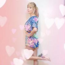 【イタすぎるセレブ達】テイラー・スウィフト、超レアな髪色チェンジは春らしいピンク