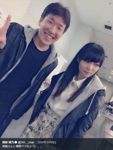 尾崎充HKT48劇場支配人と指原莉乃(画像は『指原莉乃 2014年11月8日付Twitter「尾崎さんと偶然ペアルック。。。」』のスクリーンショット)