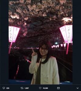 3年前に目黒川で夜桜を楽しむ橋本環奈(画像は『橋本環奈 2016年4月2日付Twitter「帰りに夜桜見てきた」』のスクリーンショット)