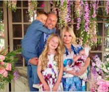 【イタすぎるセレブ達】ジェシカ・シンプソン、第3子誕生後初の家族ショット公開 ベビーのお昼寝ショットも「天使のよう」