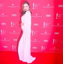 【イタすぎるセレブ達】ミランダ・カー、第3子妊娠公表後のドレス姿に称賛の声 「なんて美しい女神!」
