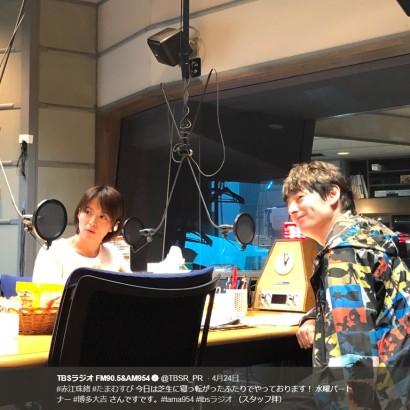 【エンタがビタミン♪】赤江珠緒×博多大吉 「今日は芝生に寝っ転がったふたりで」 『たまむすび』スタジオショットにリスナー「ウルウルして聴いてます」