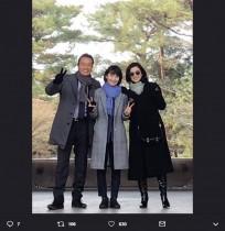"""【エンタがビタミン♪】鈴木京香が""""グラサン""""姿『未解決の女 SP』オフショットがまるで家族写真"""