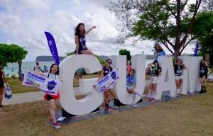 ビーチで記念撮影(画像は『Guam Visitors Bureau 2019年4月13日付Facebook「United Guam Marathon 2019」』のスクリーンショット)