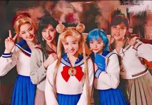 セーラー5戦士キャスト、中央が河西智美(画像は『tomomi kasai 2019年3月27日付Instagram「夢のその先へ…」』のスクリーンショット)