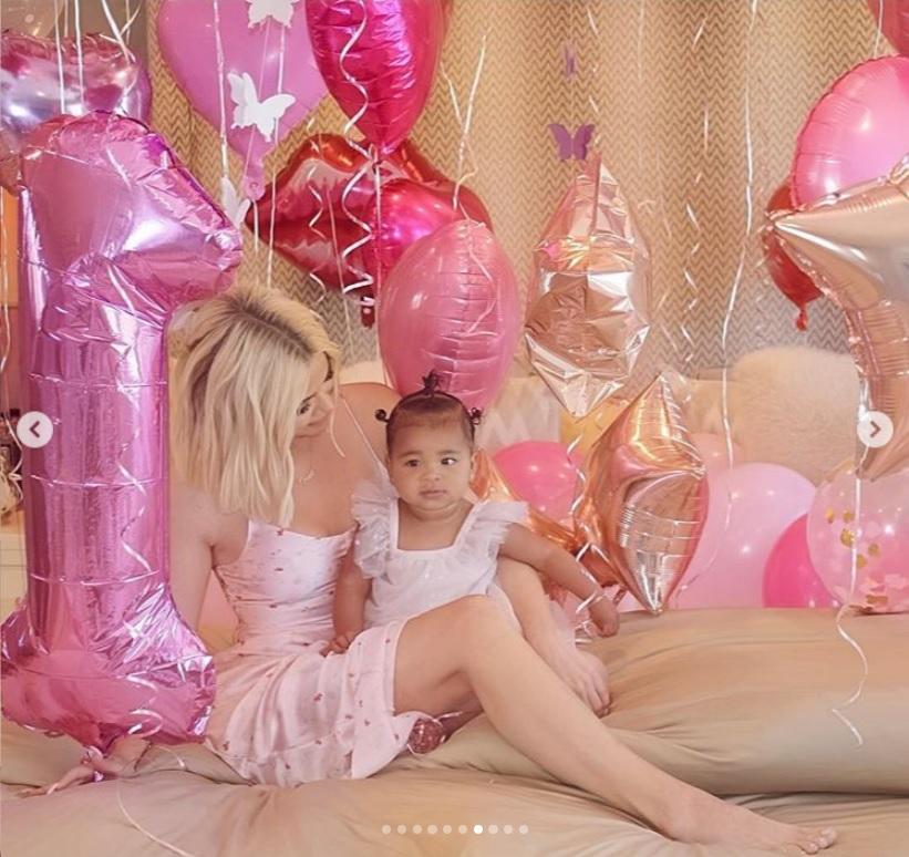 愛娘トゥルーちゃんの1歳バースデーを祝うクロエ(画像は『Khloé 2019年4月12日付Instagram「Happy birthday my sweet True!!」』のスクリーンショット)