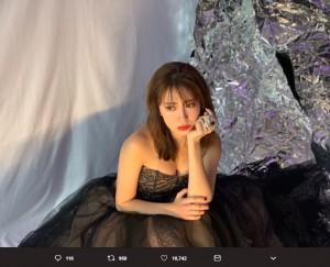 「1億円らしい!」という豪華な指輪をつけた小嶋陽菜(画像は『小嶋陽菜 2019年4月20日付Twitter「上海から北京に来たよ」』のスクリーンショット)