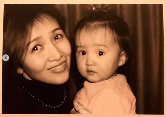 幼少時のKoki,と工藤静香(画像は『Kōki, 2019年4月14日付Instagram「Happy birthday mum」』のスクリーンショット)