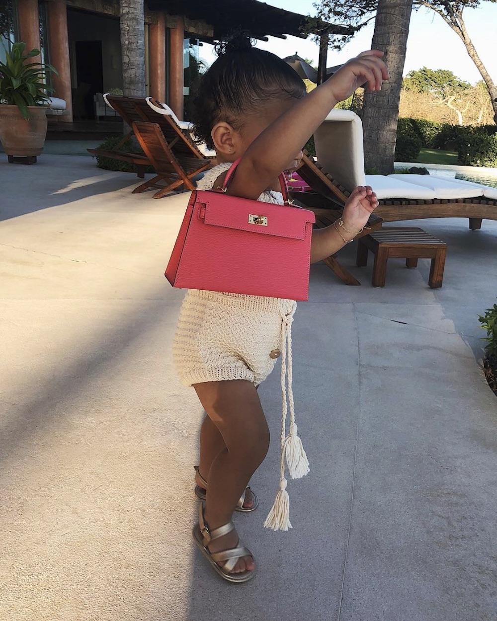 エルメスのケリーを持つカイリーの娘ストーミーちゃん(画像は『Kylie 2019年4月1日付Instagram』のスクリーンショット)