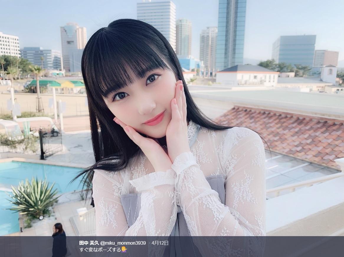 矢吹奈子と似たようなポーズに!?(画像は『田中美久 2019年4月12日付Twitter「すぐ変なポーズする」』のスクリーンショット)