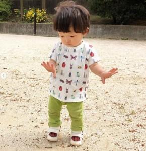 """香川照之からプレゼントされた""""昆虫Tシャツ""""を着てごきげんな陽喜くん(画像は『Shido Nakamura 2019年4月16日付Instagram「市川中車先輩から昆虫のお洋服いただきました」』のスクリーンショット)"""