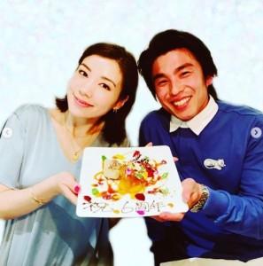 「祝 6周年」と書かれたプレートと中尾明慶・仲里依紗夫妻(画像は『AKIYOSHI NAKAO 2019年4月18日付Instagram「結婚記念日。」』のスクリーンショット)