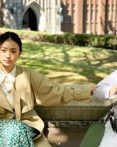 """メイクさんの袖を引っ張って写そうとする大島優子(画像は『Yuko Oshima 2019年4月27日付Instagram「「""""救世主""""か""""怪物""""か 始動!AI進化論」5月5日(日)19時~BSテレ東で放送されます」』のスクリーンショット)"""