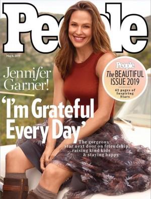 【イタすぎるセレブ達】ジェニファー・ガーナー(47) 米誌『People』の「美しい人」特集号表紙を飾る