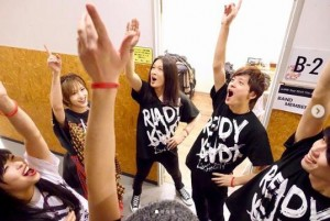 山本彩ライブ前に円陣を組むチームSY(画像は『草刈浩司 2019年4月8日付Instagram「#出番前 #泣きそうな顔ギター #花見 #牛タン」』のスクリーンショット)