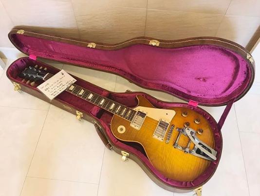 GLAY・TAKUROが山本彩に贈ったレスポール(画像は『山本彩 2017年5月15日付Instagram「な、な、なんと.GLAYのTAKURO様からギターを頂きました…!!!!」』のスクリーンショット)