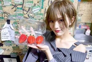 栃木の名産、イチゴを手にする山本彩(画像は『山本彩 2019年4月3日付Instagram「そういえば 栃木、HEAVEN'S ROCK宇都宮 楽屋に証残してきました」』のスクリーンショット)