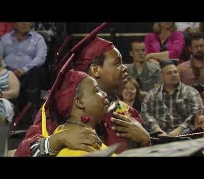 【海外発!Breaking News】息子と同じ日に大学卒業式を迎えた母 出席した息子の卒業式で涙のサプライズ(米)<動画あり>