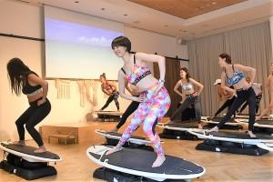 「Surf Fit」体験中の参加者たち