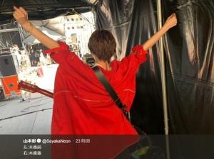 『メトロック 2019 東京』ステージに向かう気合十分な山本彩(画像は『山本彩 2019年5月25日付Twitter「左:本番前 右:本番後」』のスクリーンショット)
