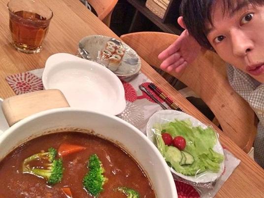 「#ビックリするかなぁ」と手塚翔太(田中圭)(画像は『てづかしょうた 2019年5月5日付Instagram「手料理を作って、菜奈ちゃんを待つおれ。」』のスクリーンショット)