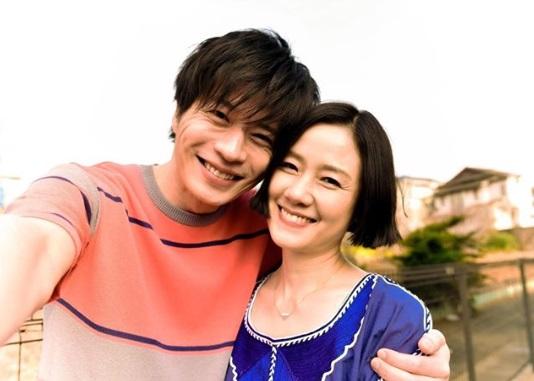 新婚夫婦役の田中圭と原田知世(画像は『てづかしょうた 2019年3月24日付Instagram「新居に飾る写真、これに決定!!」』のスクリーンショット)