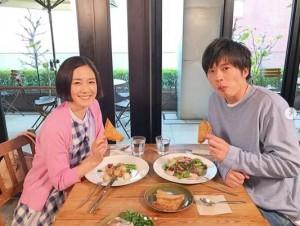 原田知世と田中圭(画像は『【公式】あなたの番です 2019年5月6日付Instagram「菜奈ちゃん、翔太くんロケ現場オフショット」』のスクリーンショット)
