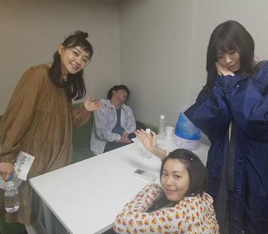 居眠りする田中圭を囲む奈緒、金澤美穂、西野七瀬(画像は『【公式】あなたの番です 2019年5月11日付Instagram「お休み中の圭さんの周りに、チーム24!」』のスクリーンショット)