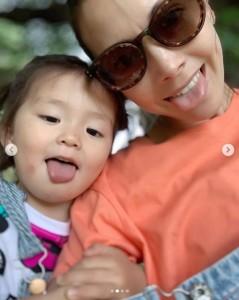2歳の長女と土屋アンナ(画像は『土屋アンナ 2019年5月12日付Instagram「happy mother's day」』のスクリーンショット)