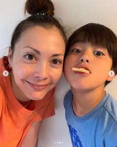 土屋アンナと次男(画像は『土屋アンナ 2019年5月12日付Instagram「happy mother's day」』のスクリーンショット)