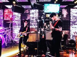 ギターセッションをする綾野剛とMIYAVI(画像は『綾野剛 Go Ayano 2019年5月20日付Instagram「MIYAVIとセッション」』のスクリーンショット)