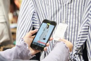 商品のバーコードをスマートフォンのカメラでスキャンすると詳細情報を見ることができる