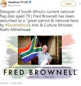 国旗を持ちポーズを取るブロウネル氏(画像は『Voxafrica TV 2019年5月13日付Twitter「Designer of South Africa's current national flag dies aged 79」』のスクリーンショット)