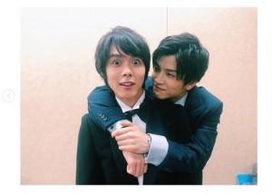 目が真ん丸の細田佳央太(画像は『高畑充希 2019年5月8日付Instagram「エロい顔して!」』のスクリーンショット)