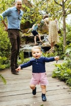 【イタすぎるセレブ達】ウィリアム王子一家、キャサリン妃デザインの庭園へ ファミリー写真でルイ王子に注目集まる