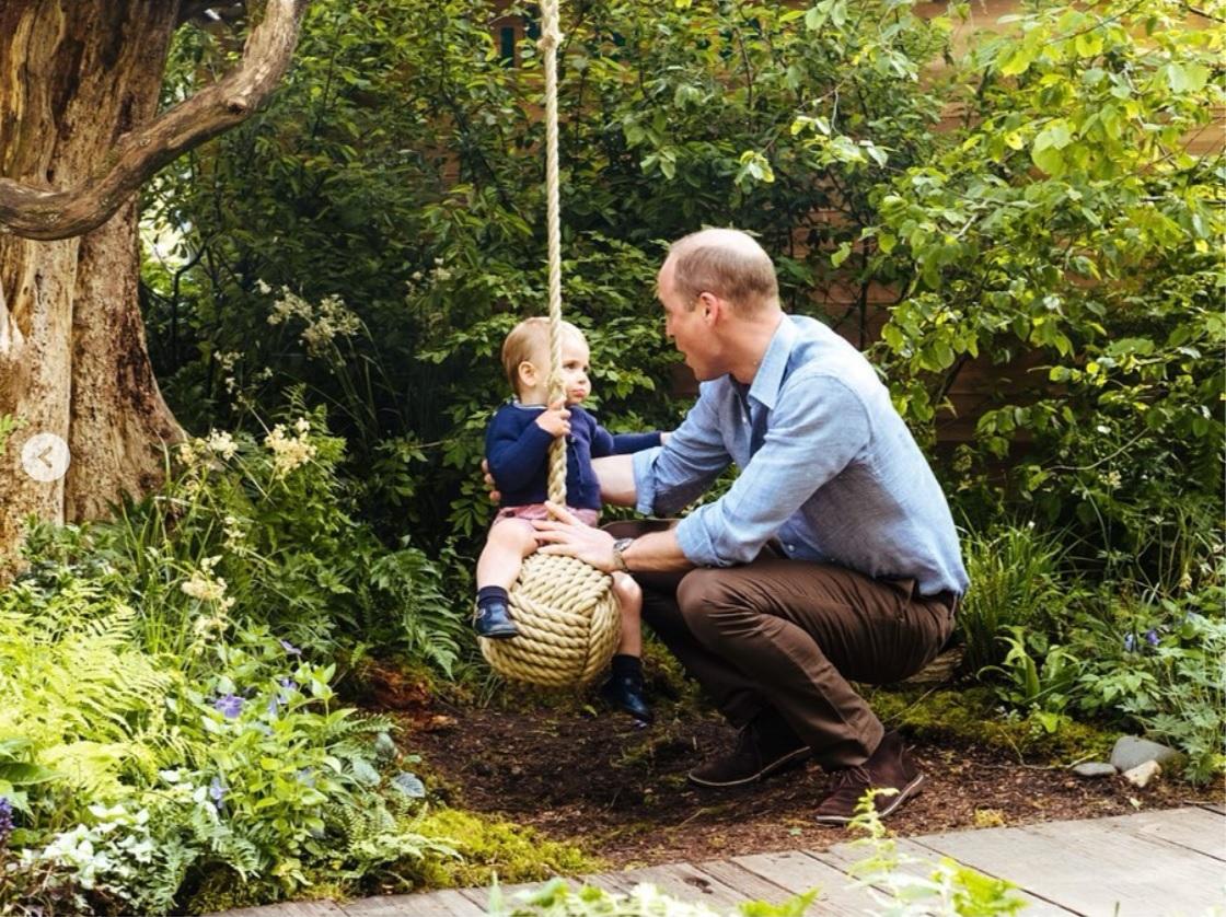 すっかりパパの顔のウィリアム王子(画像は『Kensington Palace 2019年5月19日付Instagram「The Duke and Duchess of Cambridge are very pleased to share some new photographs of their family as they visited the RHS Back to Nature Garden at the #ChelseaFlowerShow on Sunday afternoon.」』のスクリーンショット)