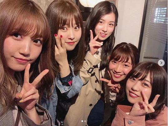 小林茉里奈アナ、久々にAKB48メンバーと会う(画像は『小林茉里奈(FBSアナウンサー) 2019年4月7日付Instagram「この土日は福岡でAKB48の握手会があったらしく…久しぶりに仲のいいメンバーたちに会うことができました」』のスクリーンショット)