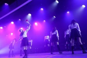 欅坂46の『黒い羊』をパフォーマンスした山口真帆ら(C)AKS