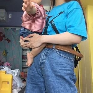 息子を抱くぺこ、この時も部屋はありのままに(画像は『Peco Okuhira Tetsuko 2019年5月11日付Instagram「l 90s」』のスクリーンショット)
