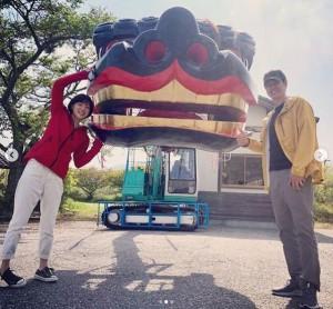 「綾里大権現」獅子頭に触れる上野樹里と時任三郎(画像は『JURI 2019年5月21日付Instagram「じゃーん!朝顔&平&獅子舞カー。」』のスクリーンショット)