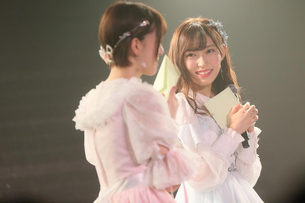 NGT48卒業公演でそれぞれに手紙を書いた菅原りこと山口真帆(C)AKS