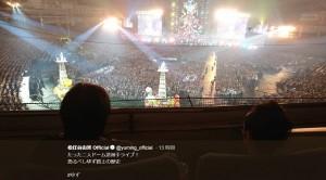 東京ドームでゆずのライブを楽しむ松任谷夫妻(画像は『松任谷由実 Official 2019年5月30日付Twitter「たった二人ドーム逆派手ライブ!」』のスクリーンショット)