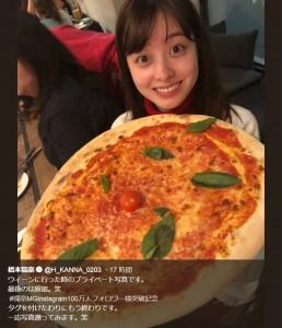 ウィーンで大きなピザに驚く橋本環奈(画像は『橋本環奈 2019年6月16日付Twitter「ウィーンに行った時のプライベート写真です。」』のスクリーンショット)
