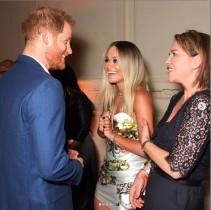 【イタすぎるセレブ達】英ヘンリー王子主催のチャリティーコンサートにリタ・オラが登場 王子と熱いハグも