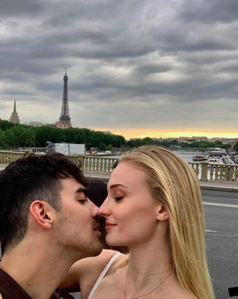 フランスで2度目の挙式を行ったジョー&ソフィー(画像は『J O E J O N A S 2019年6月22日付Instagram「me」』のスクリーンショット)