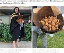"""【海外発!Breaking News】「KFC」大好きな女子大生 卒業式に""""フライドチキンのブーケ""""貰う(豪)"""