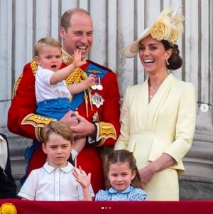 【イタすぎるセレブ達】ルイ王子がバルコニーデビュー! 叔父・ヘンリー王子の33年前のお下がりを着て登場