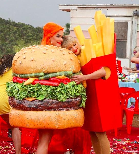 """""""ハンバーガー""""のケイティに寄り添う""""フライドポテト""""のテイラー(画像は『Taylor Swift 2019年6月17日付Instagram「A happy meal」』のスクリーンショット)"""