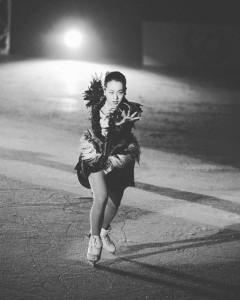 新潟公演で気合の入った滑りを見せる浅田真央(画像は『浅田真央 2019年6月23日付Instagram「新潟公演、無事に終わりました!」』のスクリーンショット)