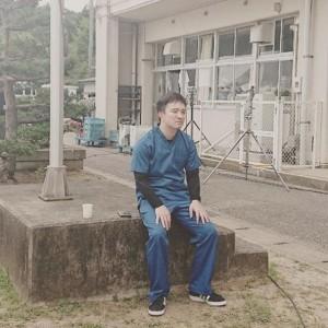 相羽村で佇む高家春馬役の濱田岳(画像は『濱田岳 2019年6月14日付Instagram「頑張れ。高家くん。老けたな…」』のスクリーンショット)